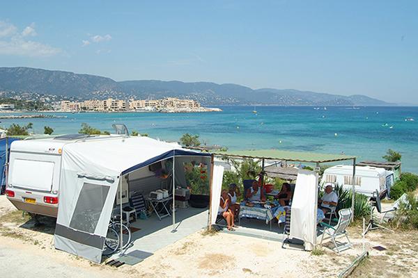 Camp-du-Domaine-Emplacement-tente-vue-Mer